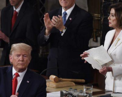 """صورة اليوم: بيلوسي تمزق """"خطاب ترامب"""""""