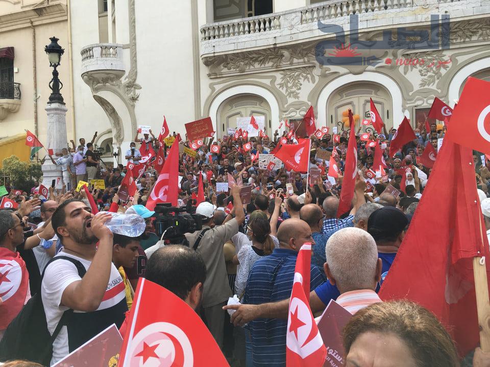 تونسيون يحتجون على استئثار الرئيس بالسلطة مع اشتداد المعارضة